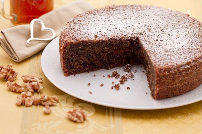 La torta di noci è un dolce semplice e gustoso preparato con noci tritate. La torta perfetta per accompagnare un thè caldo nei pomeriggi invernali.