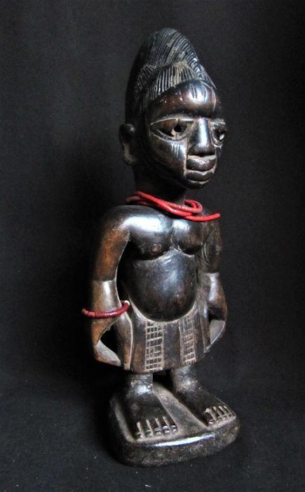 ERE-IBEJI ABEOKUTA - Egba stam - Nigeria  Prachtig gesneden mannelijk tweelingbeeldje Ere-Ibeji van de Egba-stam uit het zuidwesten van Nigeria.Deze beeldjes zijn gesneden in de Abeokuta-stijl.Dit beeldje is vaak verzorgd (gewassen en gevoed). Dit is te zien aan de slijtage van het gezicht.Kenmerken van deze stijl: het hoofd is niet overmatig groot in de meeste gevallen zoals hier stamtekens in het gezicht. Altijd een prachtig gesneden figuur met een hoge vaak overdreven kam van haar op het…