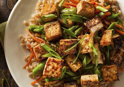 Gebakken tofu is heerlijk zacht en romig in het midden, en bruin en krokant aan de buitenkant. Ik hou van de textuur van deze smakelijke en gezonde geroerbakte tofu.