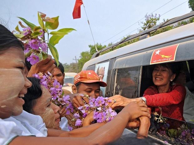 Aung Suu Kyi Heading To Burmese Parliament.