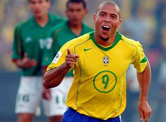 El brasileño Ronaldo Nazario celebrando un gol frente a Bolivia durante un partido de clasificación para el mundial de fútbol 2006 - Efe Agencia