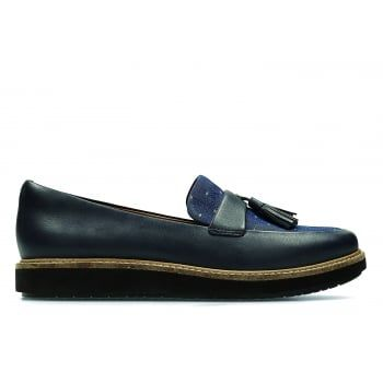Glick Castine is our traditional loafer inspired silhouette teamed with a chunky cork trimmed treaded sole. With a smooth navy leather and textile upper with tassel detailing on the toe, this style also features Cushion Soft™ technology and a padded heel lining for long lasting comfort. Perfect partner when adding a bit of attitude to tailored pieces. https://www.marshallshoes.co.uk/womens-c2/clarks-womens-glick-castine-navy-leather-tasseled-loafers-p4574