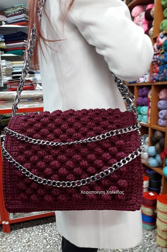 Χειροποίητη τσάντα πλεγμένη με το βελονάκι με την πλέξη  bobbles μπαμπλς. Μακρυά φαρδιά αλυσίδα ώμου με λεπτότερη περασμένη εσωτερικά,χερούλια  διπλής αλυσίδας που οταν δεν χρησιμοποιούνται πέφτουν μπροστά και διακοσμούν την τσάντα.,φοδραρισμένη κι ενισχυμένη εσωτερικά με πλέγμα.Γιούλη Μαραβέλη τηλ 2221074152