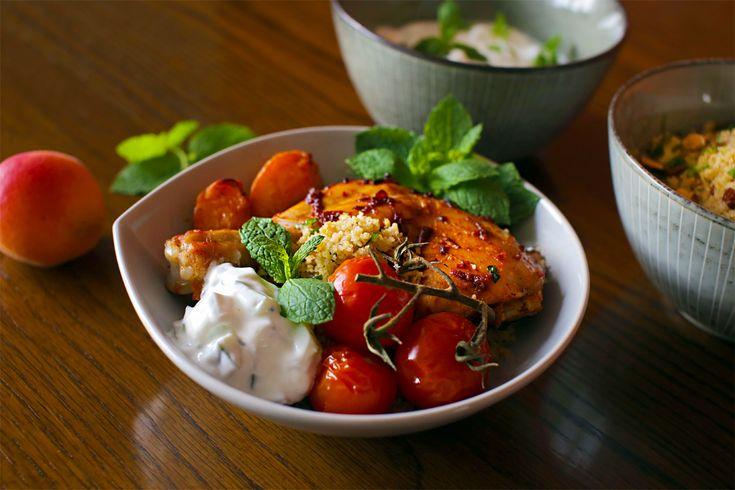 Spicy kylling med abrikoser, myntecouscous og agurkeraita