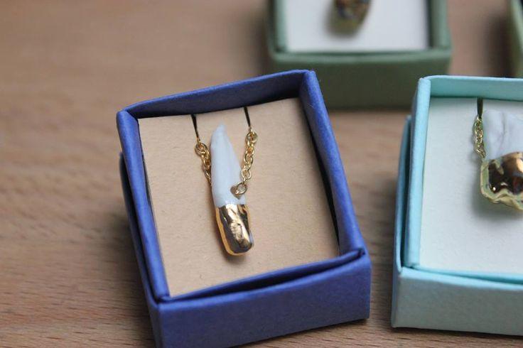 Pendentif dent, porcelaine émaillée or ou transparent, chaine en plaqué or. Dimensions : dent : 2 x 1 cm, chaine : 40 cm. Prix : 37€