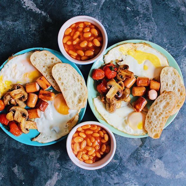 Full English breakfast ☕️  Fried eggs, sausage, grilled tomato and mushrooms, toast, baked beans in tomato sauce.  Традиционный  английский завтрак ☕️  Жареные яйца, сосиски, помидоры и шампиньоны на гриле, тост,фасоль в томатном соусе. •  •  •  #yaninaiscooking #foodshare #foodblog #cook #homecooking #instacook #ilovecooking #homecookedmeal #healthybreakfast #breakfast #englishbreakfast #breakfasttime #mybreakfast #englishfood #englishfoodie #foodshare #lvivfood #lvivfoodph...