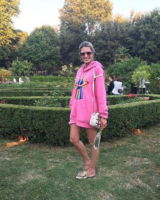 @helenabordon chegou hoje em Florença especialmente para o desfile da @gucci e acaba de chegar na festa onde a marca recebe os convidados no meio de um jardim-labirinto cenário escolhido por Alessandro Michele para comemorar o sucesso de seu desfile (via @larissalucchese ) #guccicruise18 #gucci #helenabordon #alessandromichele  via MARIE CLAIRE BRASIL MAGAZINE OFFICIAL INSTAGRAM - Celebrity  Fashion  Haute Couture  Advertising  Culture  Beauty  Editorial Photography  Magazine Covers…