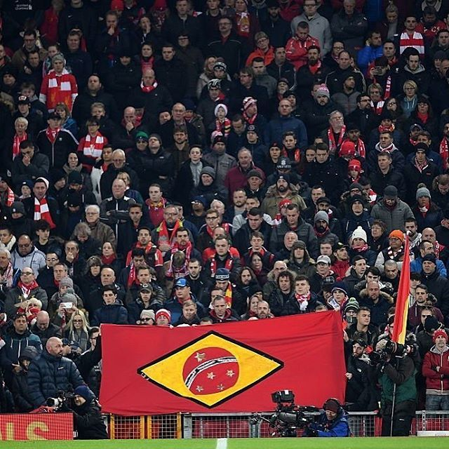 😢 Liverpool fans stand in silence to remember the victims of the #Chapecoense plane crash #forçaChapecoense