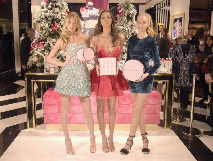 Τρία μοντέλα - αγγελάκια της Victoria's Secret προτείνουν ως τρεις θυληκοί μάγοι γιορτινά δώρα στους πελάτες του ομώνυμου καταστήματος της φίρμας στη 5η λεωφόρο της Νέας Υόρκης.