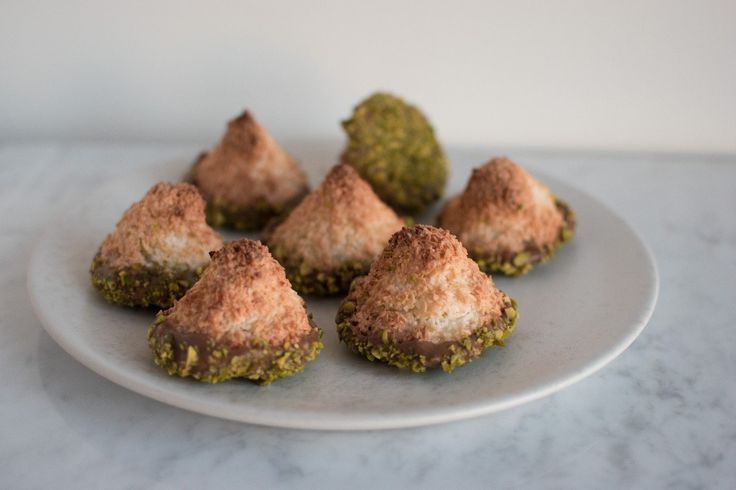 Kokosmakroner med nougat og pistacier