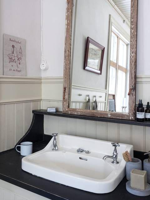 GAMMEL: Håndvasken er gammel og har en kran for varmt og en kran for kaldt vann. Bordplaten og hyllen er gjenbruk av gamle garderobevegger | LEV LANDLIG