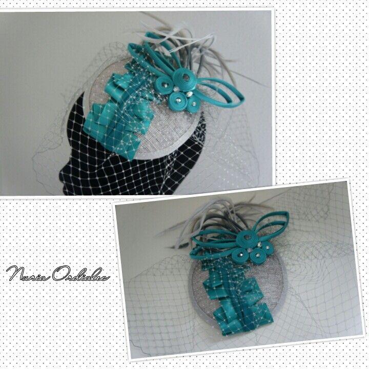 Casquete en gris perla con cinta de raso plisada