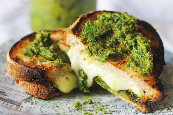 Grillad smörgås med grönkålspesto. Grönkålspeston är toppen och går utmärkt att göra på fryst grönkål och höfta mängden av ingredienserna