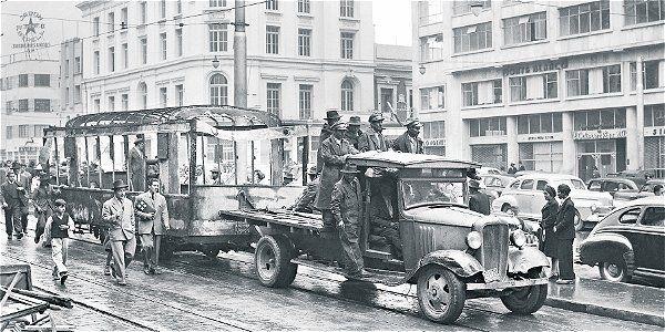 Remolcan por la avenida Jiménez uno de los tranvías destruidos. Bogotá, abril de 1948.