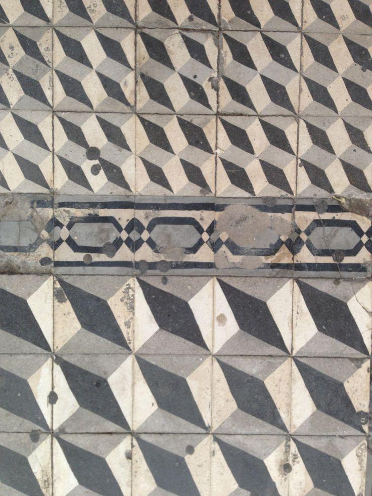 παλιό πεζοδρόμιο, στοά Λόντου, Καλαμάτα 082013