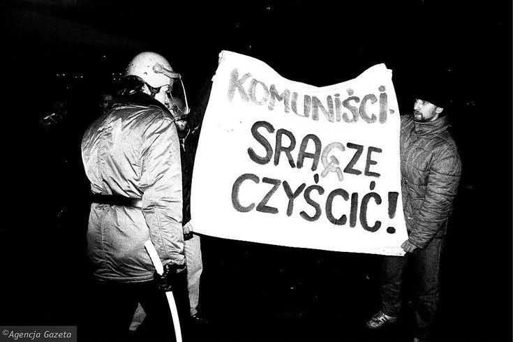 Tak wyglądały Ostatki Uniwersytetu warszawskiego w 1990 roku. 'Bezprawie w państwie' - głosi napis na ogrodzeniu. W tle Pałac Kultury.