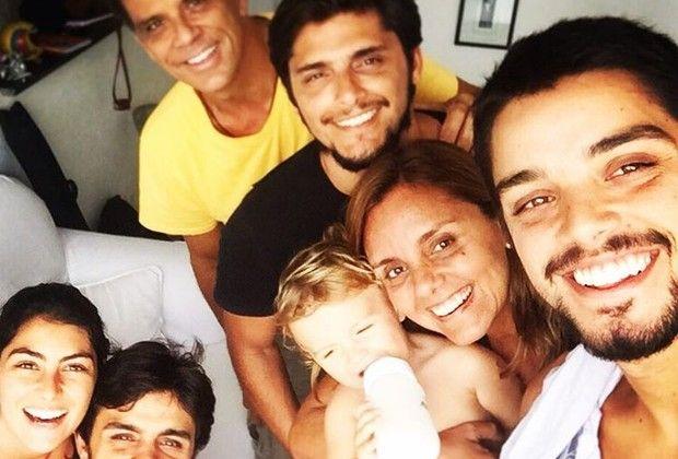 Namorada de Felipe Simas posta foto com o ator, o filho, os cunhados e os sogros