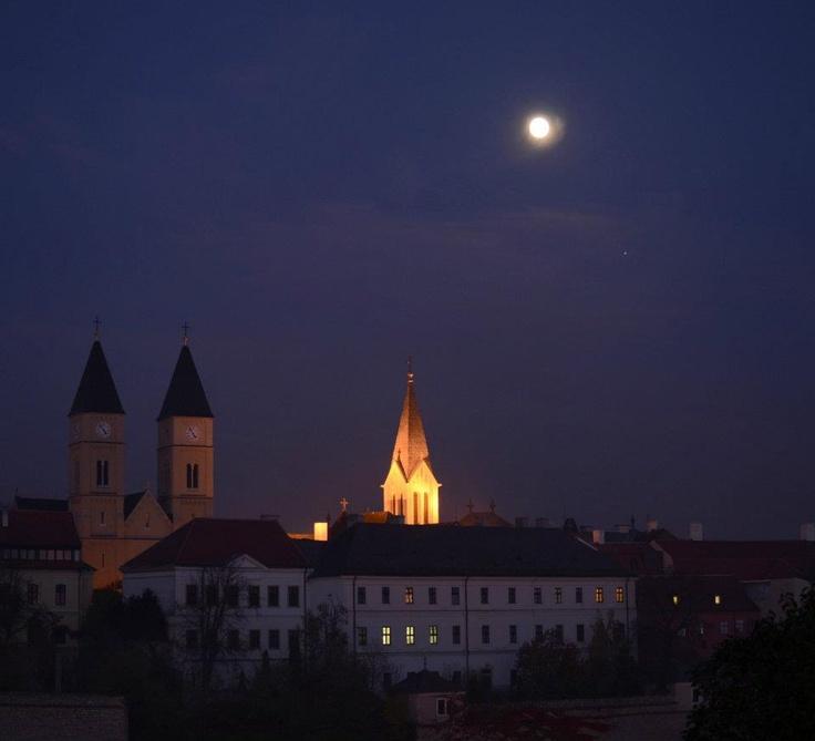 La Luna y Júpiter. Veszprem, Hungría. 9 de noviembre de 2011  Foto: Monika Landy-Gyebnar — en Veszprem, Hungría.