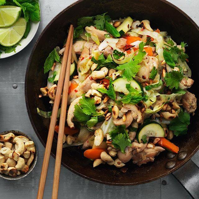 Få det att hetta till i köket med kryddiga smaker från öst. Rätten går lika bra att göra vegetarisk med sojastrimlor eller quorn 👌🏼😍 #arlaköket #arla #recept nudlar nudelsallad cashewnötter jordnötter chili asiatisk asianfood