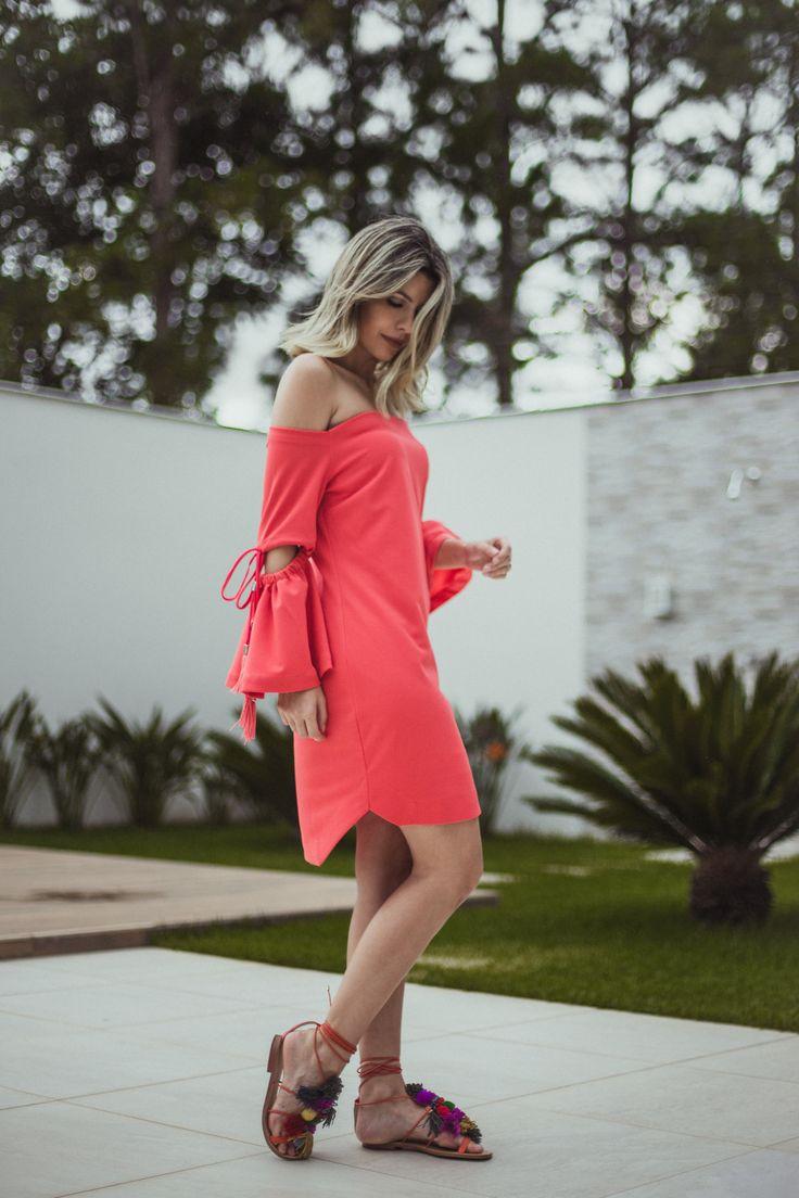 Look do dia Carol Tognon: Vestido rosado com detalhe fashionista da sandália de pom pom colorida