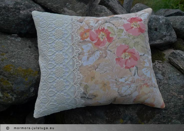 Kudde i vackert blomtyg och spets. Pillow in beautiful flower fabric and lace.