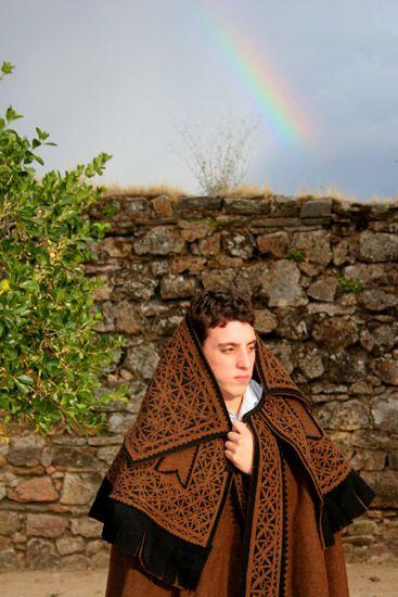 """PAULITEIRO - com seu """"CAPOTE de BUREL"""" - 100% Lã - 100%Português. O Burel é um tecido artesanal português, de origem serrana, feito totalmente de lã de ovelha. Depois de várias transformações fica um tecido muito resistente e versátil (capotes, coletes, chapéus, pantufas, etc.) para os dias de chuva, neve e frio na montanha."""