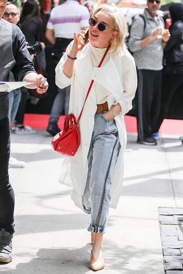 5fe4412377e DUSTER JACKET + MOM JEANS + LOW HEELS + CROSSBODY BAG. 5 Off-Duty Emilia  Clarke Outfits That Are Totally Chic (but  So  Not Daenerys)  purewow   fashion ...