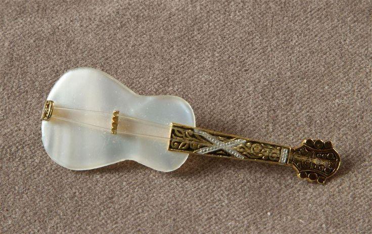 Söt brosch i form av gitarr, troligtvis 50-tal