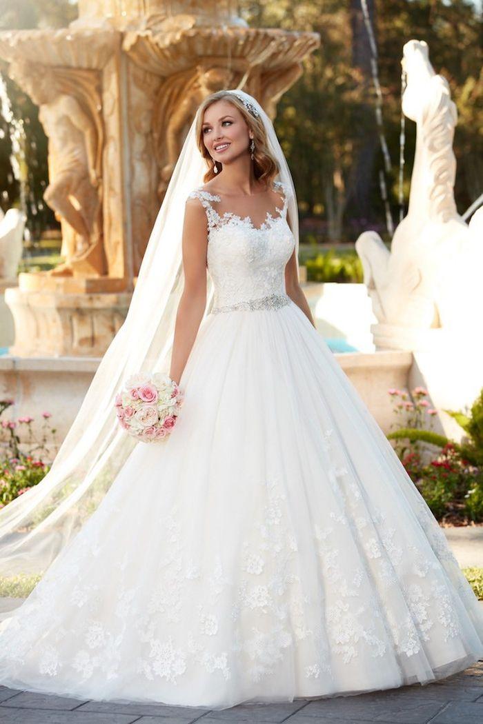 weites Hochzeitskleid, bodenlang und weit, mit Schleier, mit Spitzen Elementen