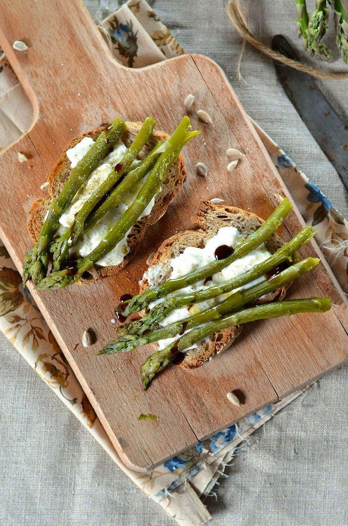 Bruschetta aux asperges vertes grillées et burrata {recette végétarienne}