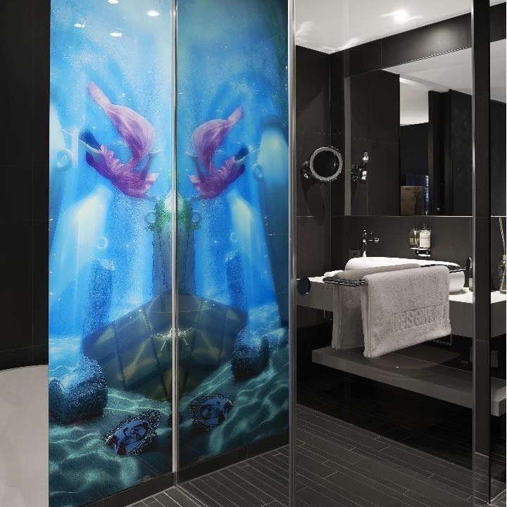Hotel kameha duschwandverkleidungen aus glas bedruckt in for Raumgestaltung definition