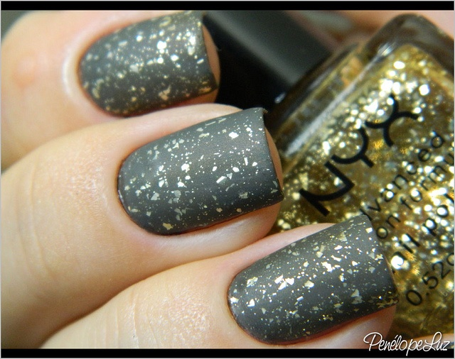 Armed & Ready Essie + Gold Glitter Nyx + Cobertura Fosca BU by Penélope Luz, via Flickr