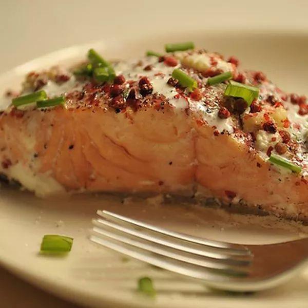 Salmone al pepe rosso, con zenzero e lime