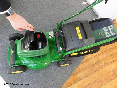 John Deere a décidé de compléter en 2017 sa gamme de tondeuses à conducteur marchant avec deux modèles électriques sans fil. En effet, grâce à la toute dernière technologie des batteries lithium-ion, les jardiniers n'ont plus à se soucier des câbles, de l'essence ou de la pollution. Adaptées à des surfaces de tonte jusqu'à 400 ou 500 m², les tondeuses sans fil sont non seulement silencieuses et fiables, mais également faciles à utiliser et à entretenir !