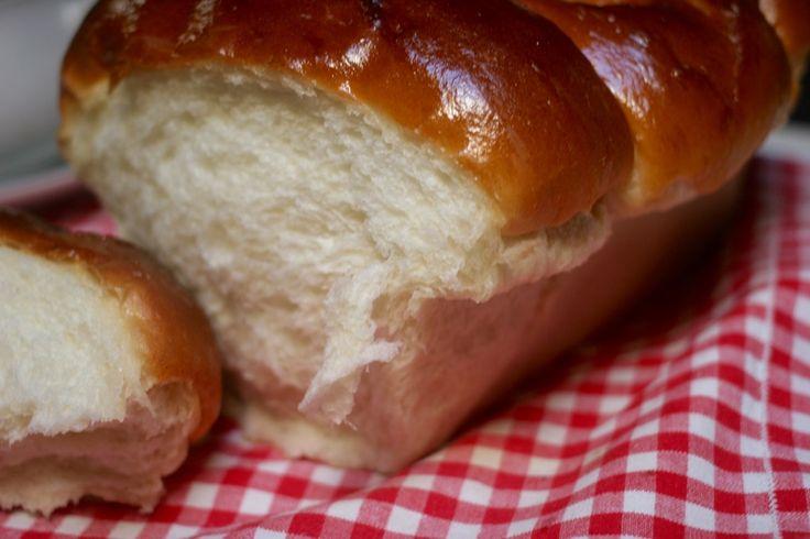 Il pan brioche morbidissimo allo yogurt magro è un pan brioche con pasta madre preparato con lo yogurt che lo rende ancora più soffi