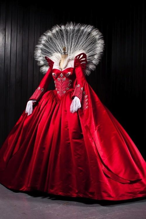 【画像 2/7】石岡瑛子の遺作「白雪姫と鏡の女王」の衣装展が開催 | Fashionsnap.com