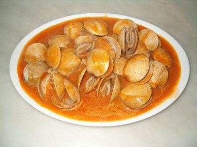 Almejas a la marinera es una receta para 4 personas, del tipo Primeros Platos, de dificultad Fácil y lista en 40 minutos. Fíjate cómo cocinar la receta.     ingredientes  - 500 gramos de almejas grandes  - 3 dientes de ajo grandes  - 50 ml de aceite de oliva (5 cucharadas)  - 50 ml de vino blanco (5 cucharadas)  - 50 ml de agua (5 cucharadas)  - 1 cucharada pequeña con harina de trigo  - 1/2 cucharada pequeña con pimentón dulce  - sal  - perejil (opcional)