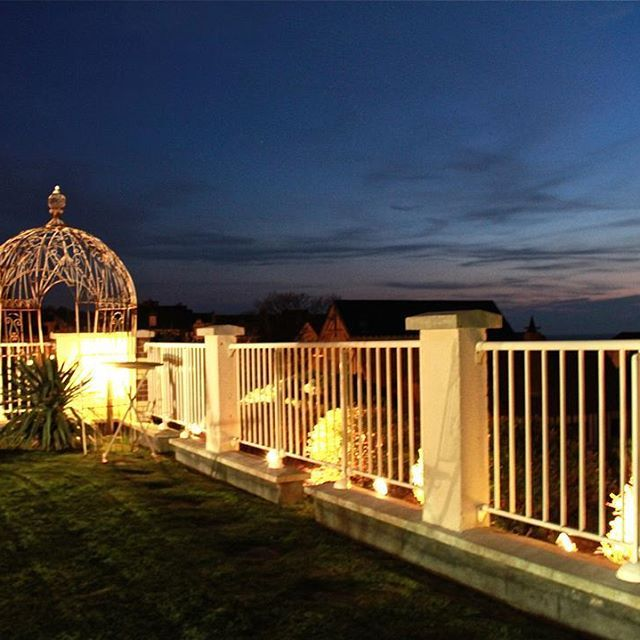 ⭐️ Bonne nuit à l'hôtel le Bellevue ⭐️ #nuit #bonnenuit #hotel #bordemer #night #hotel #mer #lumieres #light