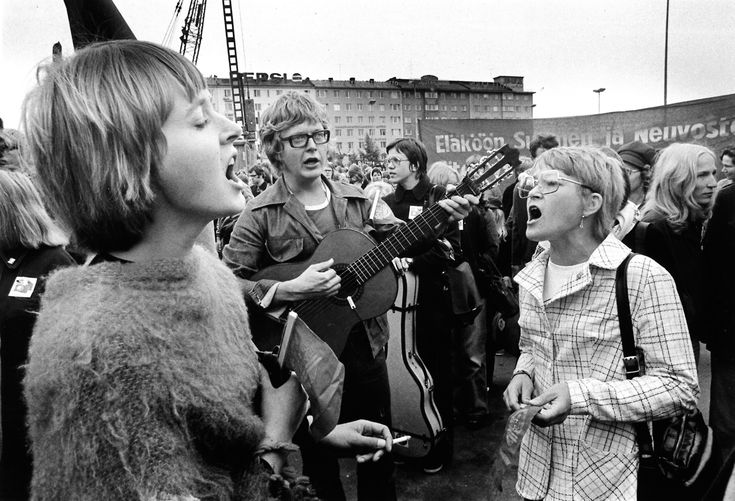 Mikko Perkoila (centre), one of the central figures of the political song movement. (© Mikko Perkoila)