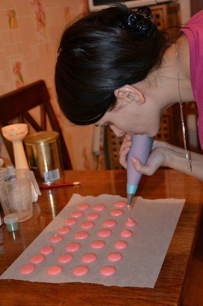Этот удивительный бисквит из миндальных орехов и яичных белков, слегка напоминающий марципан, делают многие, но качественным он получается у единиц. Победительница второго «МастерШеф» Лиза Глинская открыла для Smachno.ua некоторые секреты приготовления макарун в своем мастер-классе.