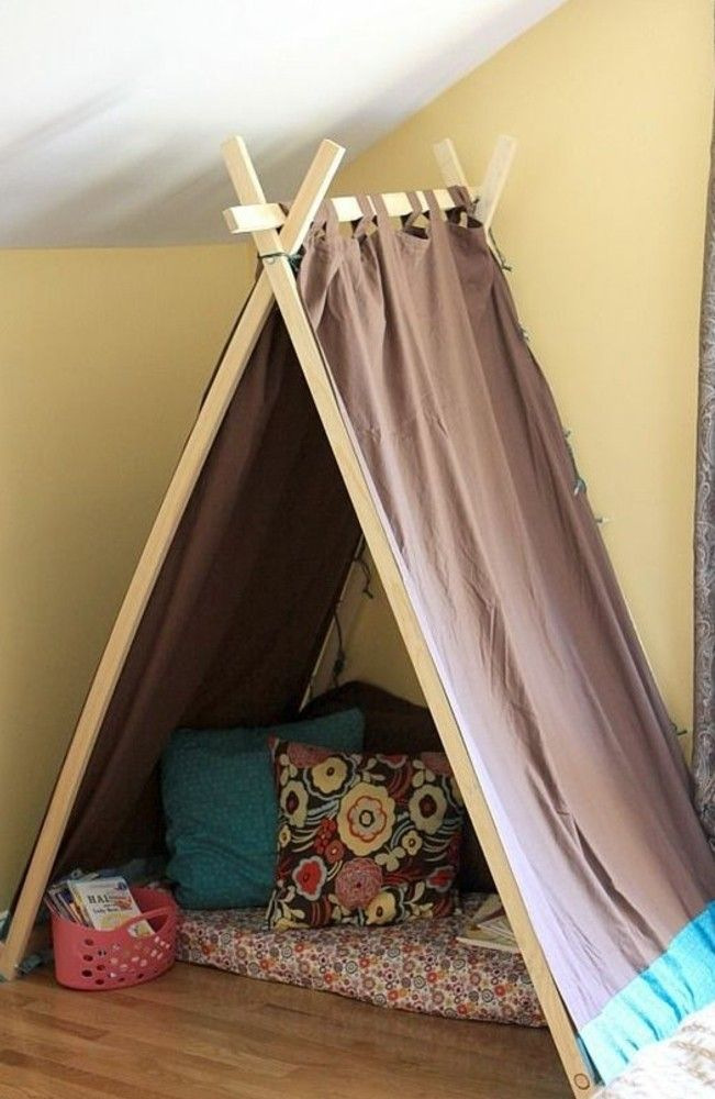 tipi pour enfant facile à faire, matelas, coussins, panier à livres dans un recoin lumineux d une chambre enfant