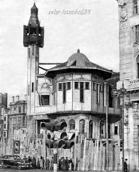 Karaköy. 1950s. Karaköy Meydanı'nda yer alan bu ahşap cami,meydan düzenleme ve yol yapım çalışmaları sonucu 1959 yılında yıkılmış. Adalar'a götürülüp tekrar yapılması planlanan caminin taşları ve parçaları tek tek numaralanmış, ancak kimi kaynaklara göre parçaları taşıyan geminin geçirdiği kaza, kimi kaynaklara göre ihmalsizlik sonucu bu plan suya düşmüş.