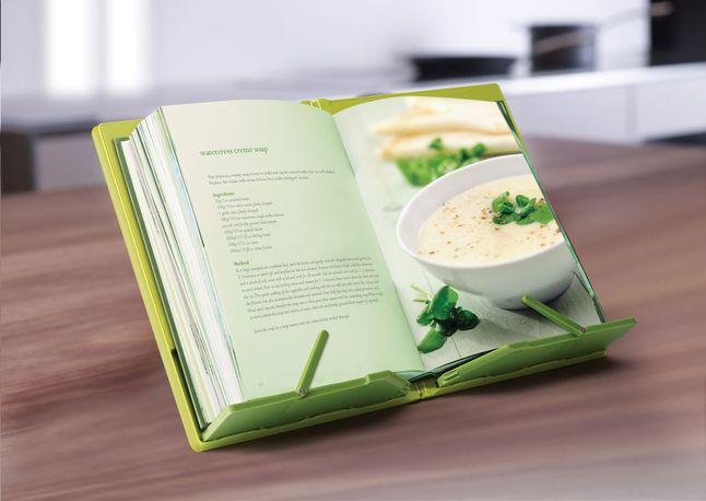 Le support pour livre de cuisine, couleur lime, de Joseph Joseph s'ouvre et se ferme comme un livre. Ainsi, il ne prend pas de place dans vos armoires. #Livredecuisine #Cuisine #Collishop