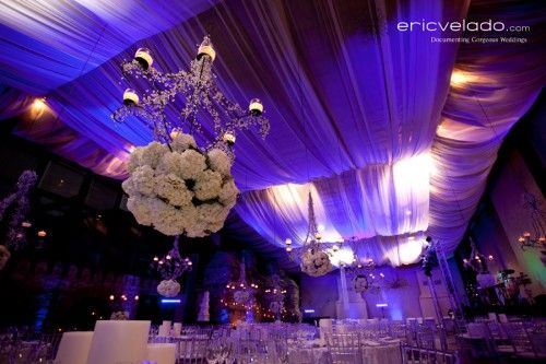 Boda glamorosa con candelabros y flores blancas telas for Telas para decorar salones
