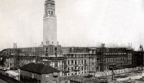 Stadsgezichten. Stadhuis van Rotterdam in aanbouw. Architect: H.J. Evers (1855-1929). Nederland, Rotterdam, 1917.