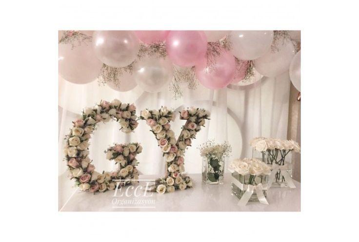 Nişan masalarını süslemek için alternatif mi arıyorsunuz, folyo helyumlu balonlardan sıkıldınız mı? Ahşap dekor üstünde yapay çiçeklerle hazırlanan baş harf dekorlarımız tam size göre. 40,30,20cm boylarında hazırlanabilmektedirler.Ürünler herhangi bir desteğe ihtiyaç duymadan ayakta durabilmektedirler.
