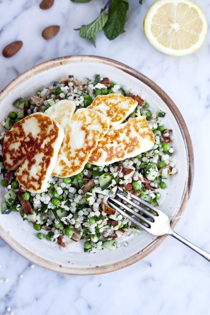 Salade de couscous israélien, halloumi grillé et amandes