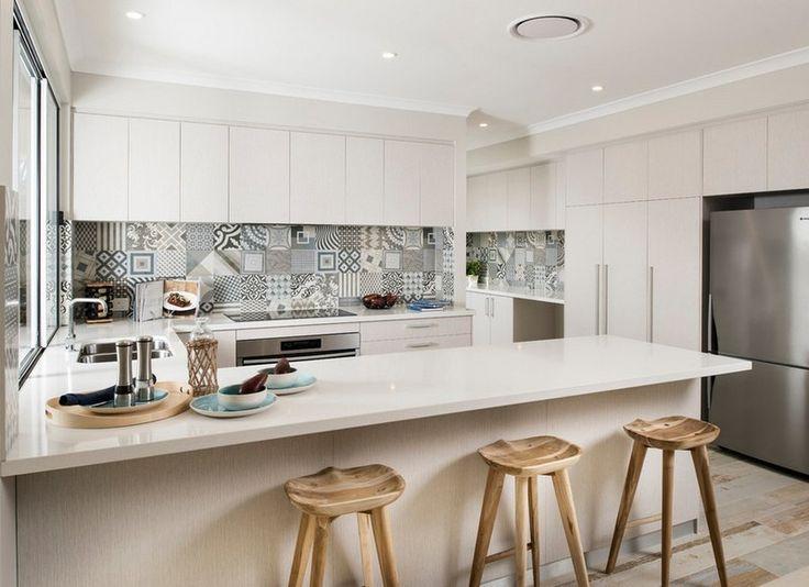 cuisine blanche avec crédence en carreaux ciment gris par Grupo Peronda