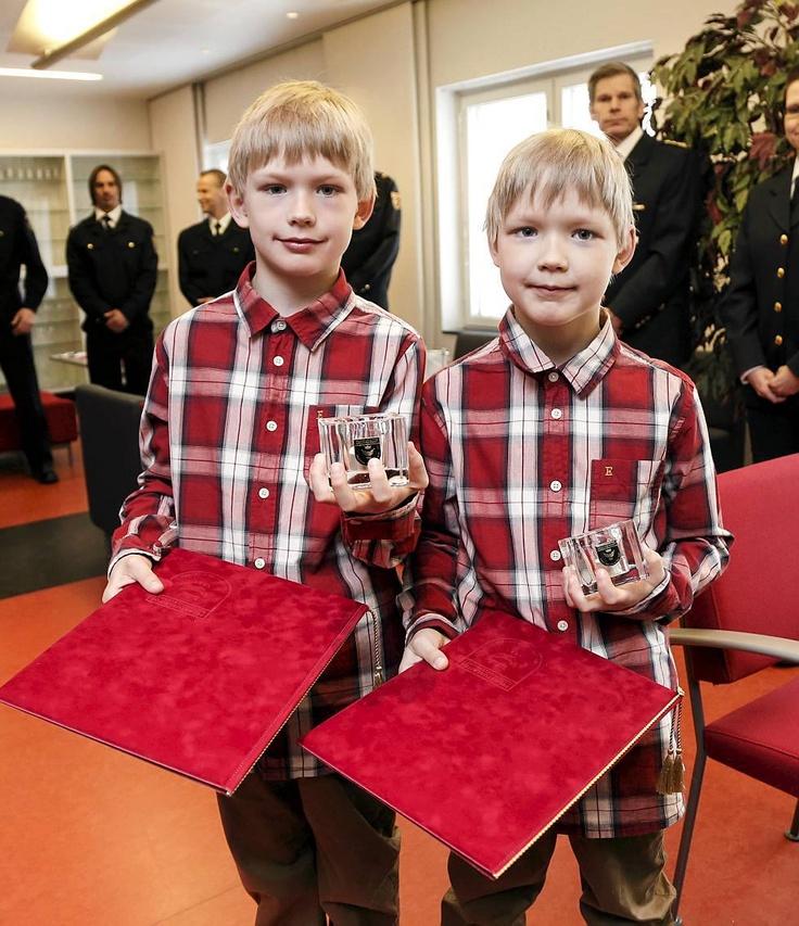 """Neuvokkaat kahdeksanvuotiaat Anders ja Verne Veistinen palkittiin, kun he pelastivat liekkien valtaan joutuneen äitinsä. """"Hyvältä tuntui, kun pääsi auttamaan äitiä"""", pienet pojat kertoivat."""