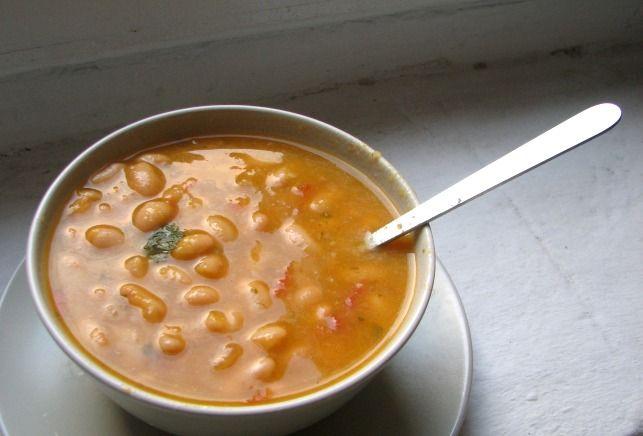 Sopa de alubias blancas con tomate y albahaca